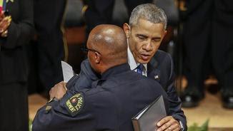 Obama abraça el cap de la policia de Dallas, David Brown, en la cerimònia d'homenatge als agents morts (EFE)