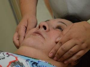 Tratamento contra enxaqueca consiste em sessões de 40 minutos realizadas duas vezes por semana. (Foto: Rodolfo Tiengo/ G1)