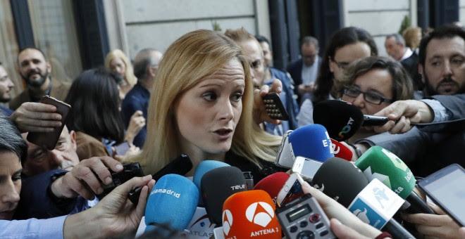 La diputada socialista Zaida Cantera realiza declaraciones a la prensa a su llegada al Congreso para asitir al debate de investidura. / EFE