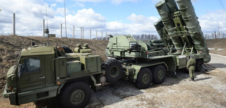 """2602991 04/09/2015 An S-400 """"Triumf"""" antiaircraft missile system is among other Defense Ministry's air defense missile battalions put on combat alert in the Moscow Region. Kirill Kallinikov/Sputnik"""