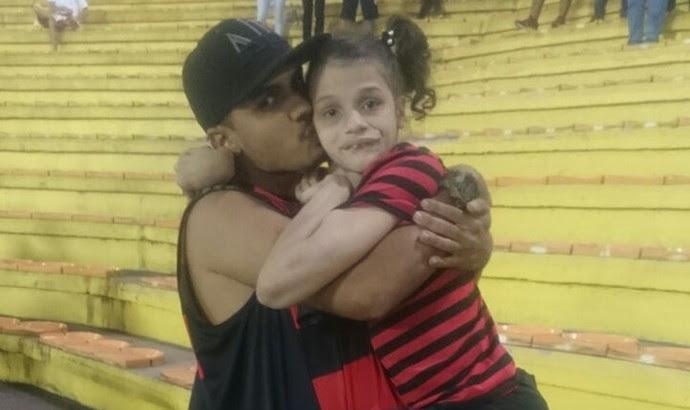 Pollyana foi com o irmão assistir ao Flamengo no Raulino (Foto: Arquivo pessoal)