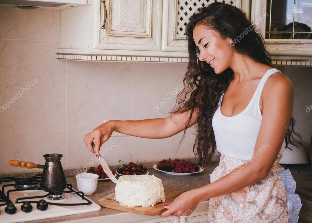 Resultado de imagem para jovem fazendo bolo
