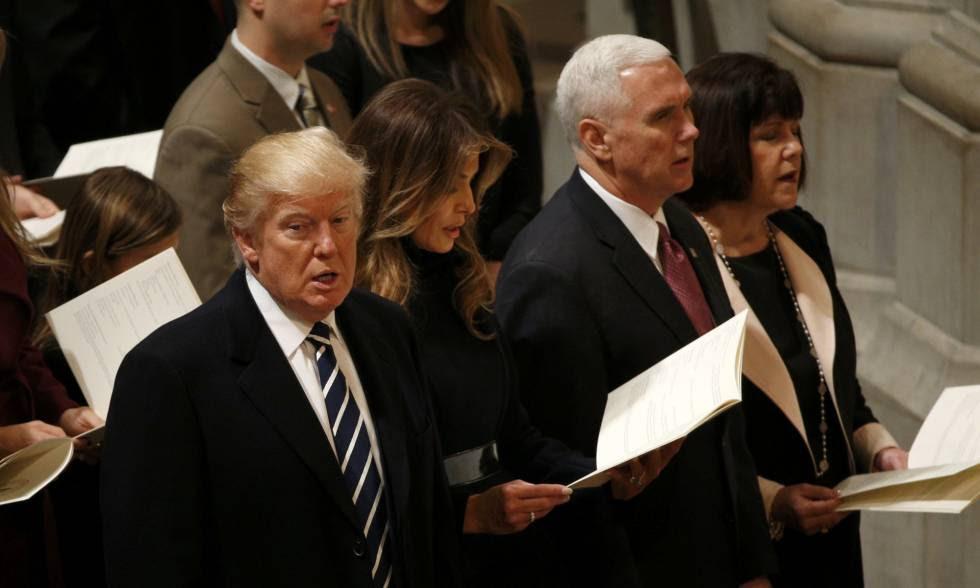Donald Trump, com a esposa e seu vice-presidente, neste sábado na Catedral Nacional de Washington.