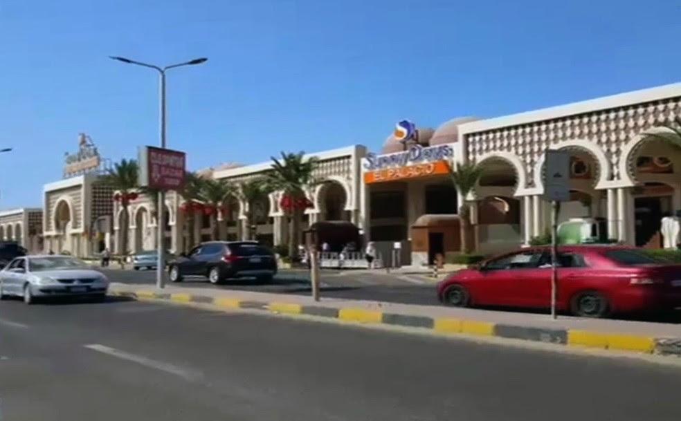 Imagem retirada de vídeo da agência France Presse mostra um dos hoteis em que turistas foram esfaqueados nesta sexta-feira (14) no Egito (Foto: STRINGER / AFPTV / AFP)