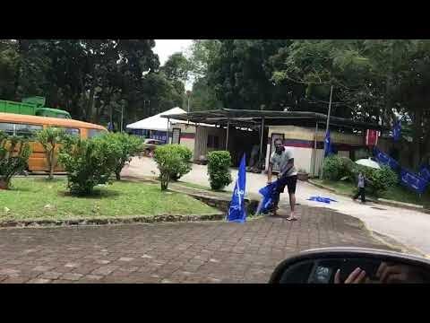 Pemuda BN Cari Lelaki Cabut Bendera Parti & Mencarut