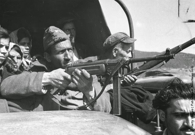 στρατός σε  κατεχόμενο έδαφος ανταρτών στη Δράμα (Φωτογραφία από Bert Hardy / Εικόνα Δημοσίευση / Getty Images). 22 του Μάη 1948