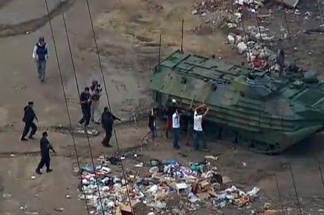 Varios detenidos en la favela de Manguinhos. | O Globo