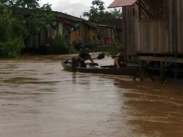 Com as ruas alagadas, moradores tiveram que se locomover usando canoas (Foto: Glaydson Castro / TV Liberal)