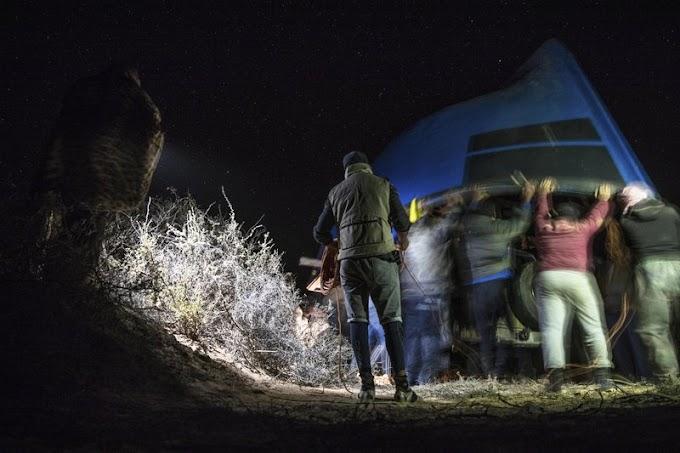Las pateras emergen de la arena del Sáhara Occidental para transportar migrantes ilegales a España.