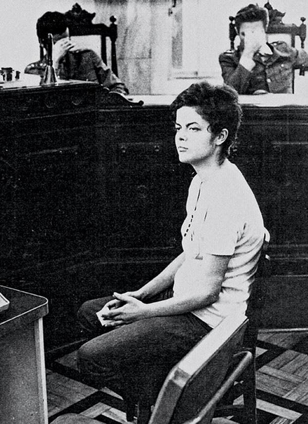 A mulher de Carlos Dilma Rousseff, em foto  de novembro de 1970, quando tinha 22 anos, em interrogatório na Auditoria Militar do Rio de Janeiro, após 22 dias sendo torturada (Foto: AFP)