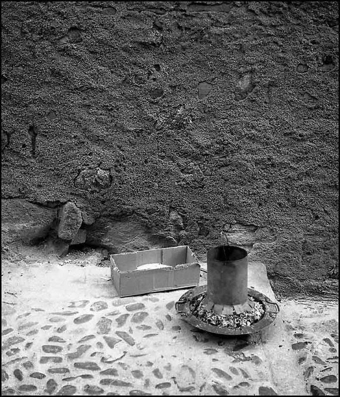 Restos de un brasero en la Calle de Santa Leocadia de Toledo en 1967. Fotografía de John Fyfe