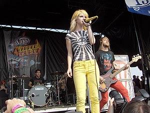 Vokalist Hayley Williams (orta), baterist Zac Farro (sol) ve bas gitarist Jeremy Davis (sağ), Vans Warped Tour 2007 Ağustos.