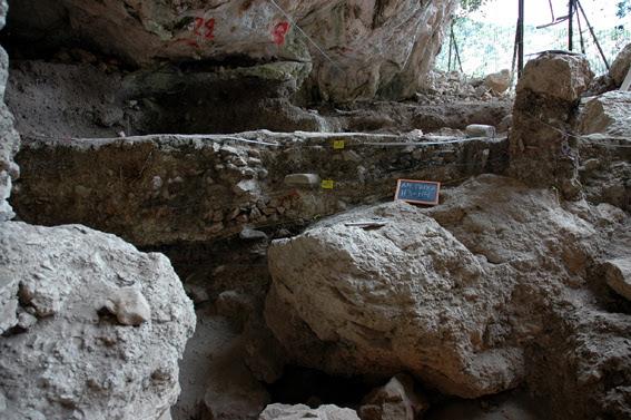 http://hellenicum.files.wordpress.com/2011/03/spilaio-drakaina.jpg