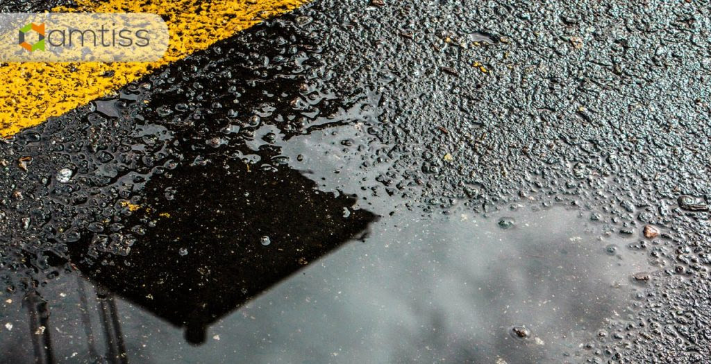 jalan basah musim hujan