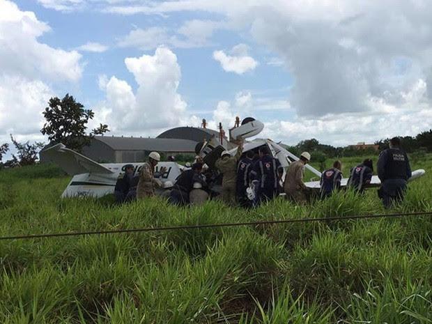 Duas pessoas morrem após queda de avião em cidade de MT (Foto: Élton Junior/TV Centro América)