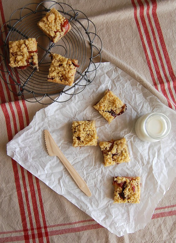 Nectarine, plum and brown butter shortbread bars / Barrinhas amanteigadas de manteiga queimada, nectarina e ameixa