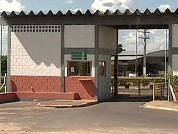 """Bandidos cortaram o alambrado do presídio de Pacaembu para """"resgatar"""" dois detentos (Foto: Reprodução/Tv Fronteira)"""