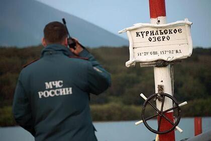 Упавший в Курильское озеро вертолет Ми-8 подняли со дна