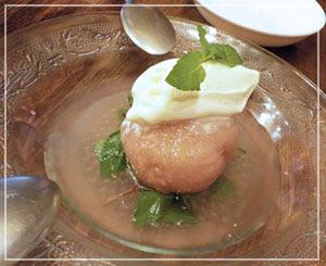 津田沼「ビストロコモ食堂」にて、丸ごと桃のコンポート♪