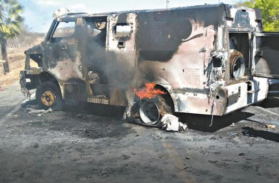 Carro forte destruído pelos assaltantes