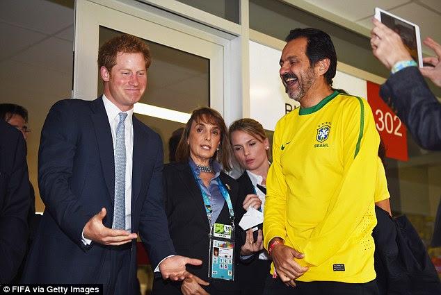 Riso: o príncipe Harry conversa com um convidado na sala VIP antes da Copa do Mundo de 2014 Grupo A partida