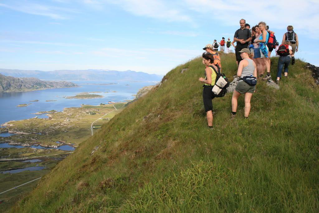 På toppen og nyter utsikten over Rognaldsvågen og øyene rundt omkring!