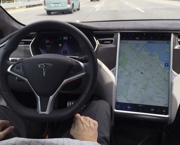 Interior de um Tesla Model S no modo Autopilot (Foto: REUTERS/Alexandria Sage)