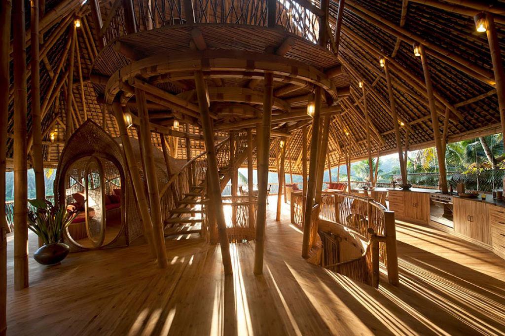 Deixou uma carreira bem sucedida para construir casas sustentáveis de bambú em Bali 07