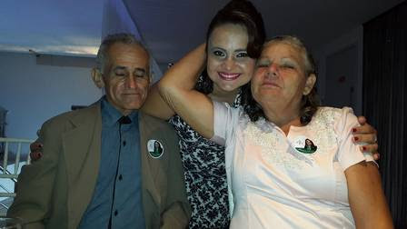 Kauany ao lado dos pais José Nilson Pereira e Creuza Alves