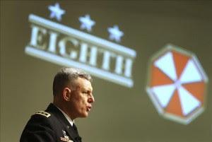 El comandante del Octavo Ejército estadounidense, el teniente general John Johnson, interviene durante un desayuno informativo en la Cámara de Comercio e Industria surcoreana, en Seúl. EFE