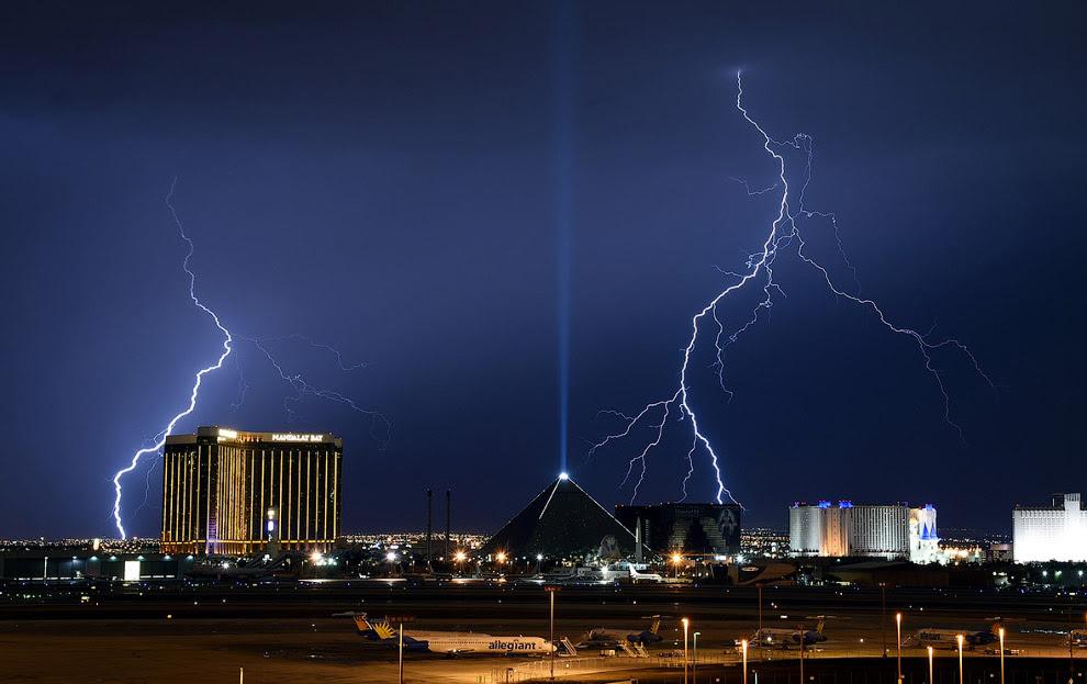 Молния вспыхивает над Лас-Вегасом в штате Невада