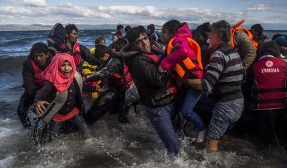 Refugiados afganos desembarcan en Lesbos.