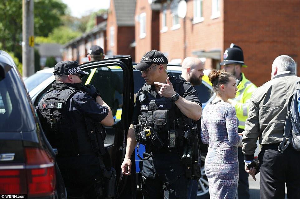 Oficiais desceu em uma rua no sul de Manchester hoje para procurarar uma casa onde o bombardeiro é acreditado para ter vivido