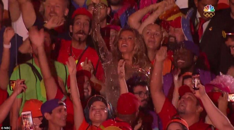 A 35-year-old supermodelo apareceu para desfrutar o show como ela foi fotografada torcendo da multidão