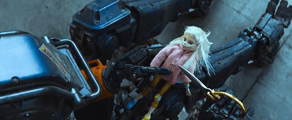 """Chappie anda por aí com um boneco representando sua mãe, fazendo com que o público diga """"Awww o robô sabe o que é amor!"""".  Não, é um robô."""