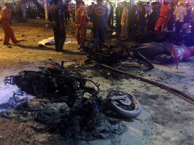 Motocicletas destruídas no lugar onde explodiu uma bomba em Bangcoc (Foto: Aidan Jones/AFP)