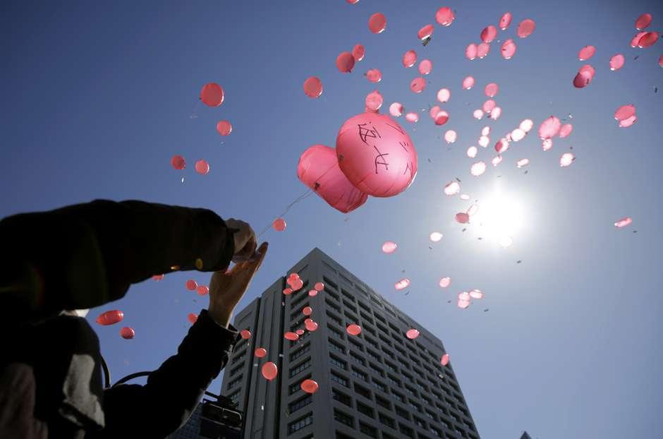 Japoneses fazem um minuto de silêncio às 14h46 (2h46 de Brasília), momento exato em que o terremoto de 9 graus de magnitude atingiu o país em 2011. O tremor do dia 11 de março, seguido por uma tsunami, deixou quase 19 mil mortos ou desaparecidos no Japão. Na foto, crianças participam de homenagem em escola null