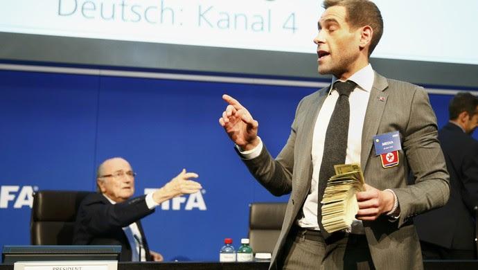 Protesto Fifa dinheiro Joseph Blatter (Foto: Reuters)