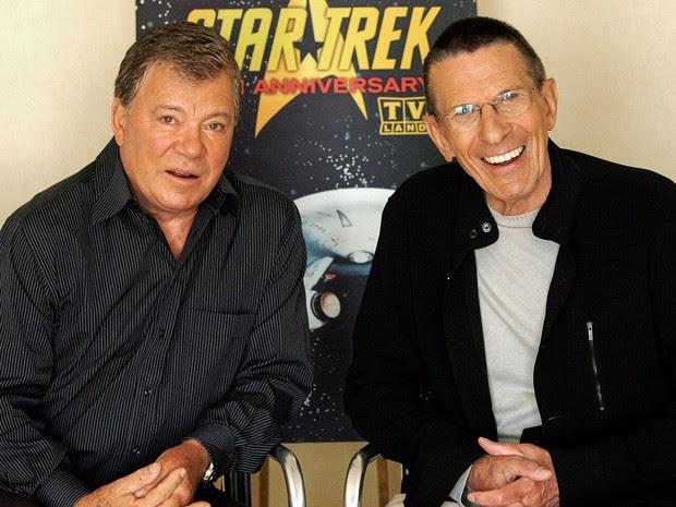 Os atores William Shatner (esquerda) e Leonard Nimoy posam para foto durante entrevista no 40º aniversário da série de ficção científica 'Star Trek' (Jornada nas Estrelas) em Los Angeles, em agosto de 2006 (Foto: Mario Anzuoni/Reuters/Arquivo)
