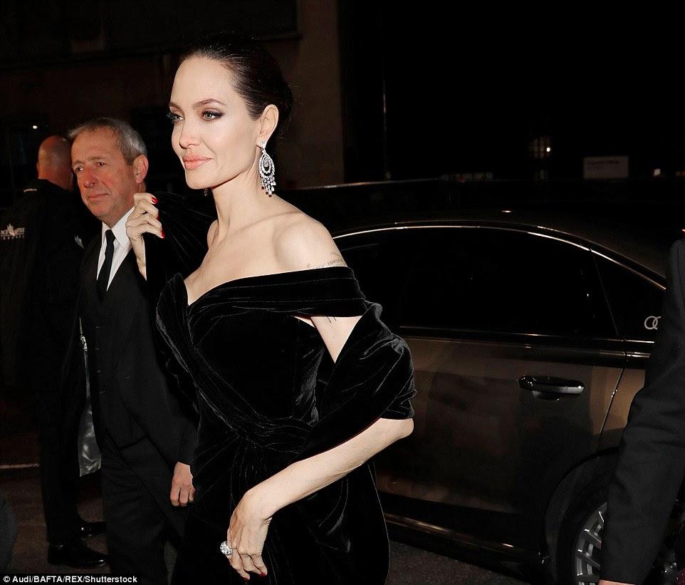 Beleza: Angelina exibia um olho de fumo dramático, enquanto um grande e deslumbrante anel de diamante lutou pela atenção na mão