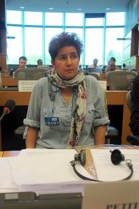 Sie klagt Deutschland an. Andrea Jacob. Sie bittet um Bestrafung Deutschlands für seine Verbrechen.