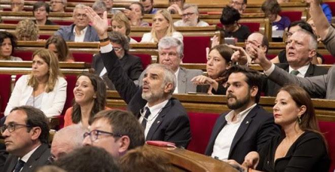 El pleno del Parlament, vota hoy en medio de las protestas de algunos diputados, que se amplíe a la orden del día del pleno para incluir la ley del referéndum / EFE/Marta Pérez