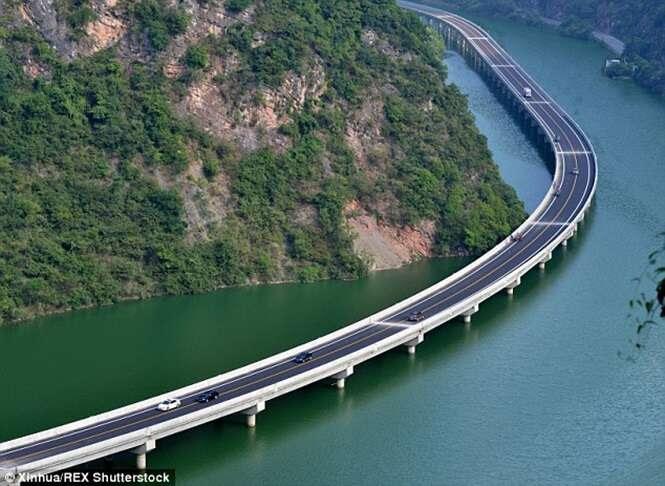 China inaugura linda estrada feita sobre rio