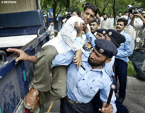 http://img.dailymail.co.uk/i/pix/2007/09_02/PakistanRiotR_468x367.jpg