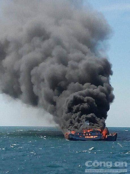 Hình ảnh 7 thuyền viên nhảy xuống biển thoát khỏi tàu bốc cháy số 1