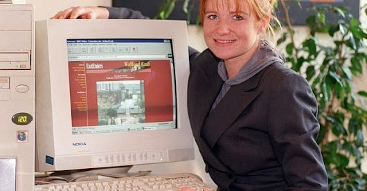 22 Deeply Awkward Photos Of '90s Celebrities With Computers