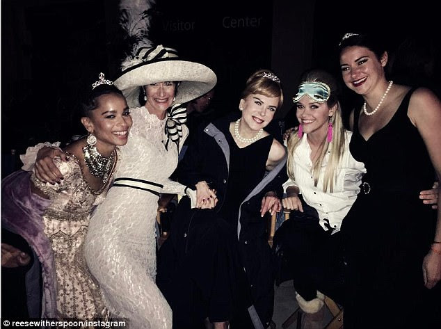 Throwback: Reese Witherspoon compartilhou uma foto nos bastidores do episódio final Big Little Lies;  (De L para R) Zoe Kravitz, Laura Dern, Nicole Kidman, Reese, Shailene Woodley