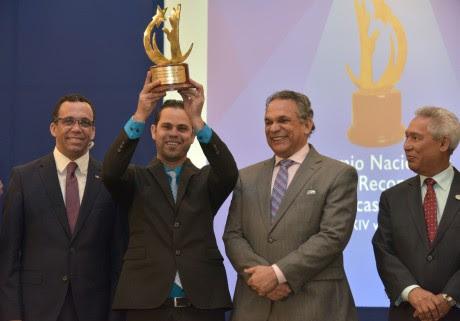 imagen Ministro Andrés Navarro junto al Ministro Ventura Camejo entregan premio a la Calidad Institucional