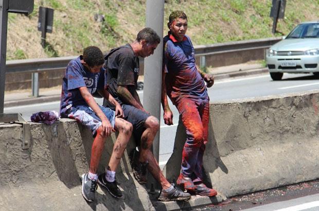 Homens que estavam no caminhão ficaram sujos de tinta (Foto: Alex Falcão/Futura Press/Estadão Conteúdo)