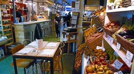 Vista general del Woki Organic Market, con el súper a un lado y los puestos de comida y restaurante al fondo.